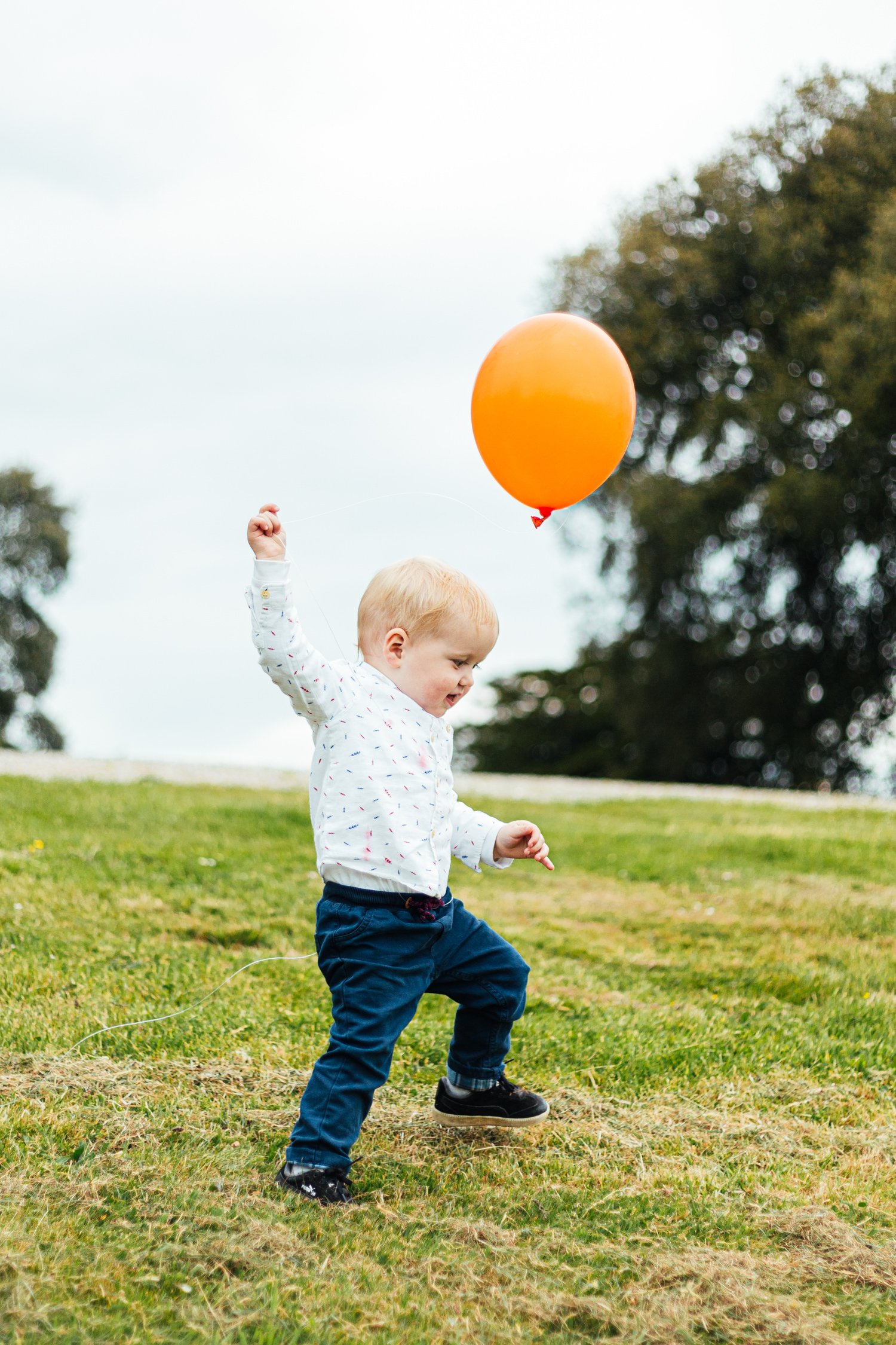 balloon, child with balloon, portrait, child playing, outdoor wedding, sharpham house, sharpham gardens, sharpham gardens wedding photography, wedding photography, wedding guests, toddlers, spring wedding, devon wedding, rolling hills