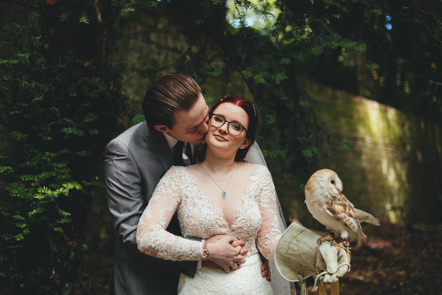 wedding owl, bride & groom with an owl, bride & groom portrait with an owl, barn owl at a wedding, owl at wedding, wedding owl, wedding owls, barn owl & bride, woodland wedding, quirky woodland wedding, alternative wedding, game of thrones wedding